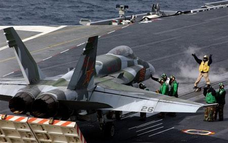 F/A-18 với phù hiệu sao đỏ cánh đuôi cùng màu sơn lạ chuẩn bị cất cánh trên tàu sân bay.
