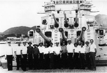 Cán bộ vùng 4 Hải quân chụp ảnh lưu niệm với sĩ quan thủy thủ tàu khu trục Hải quân Nga tại Cảng Cam Ranh (năm 1982).
