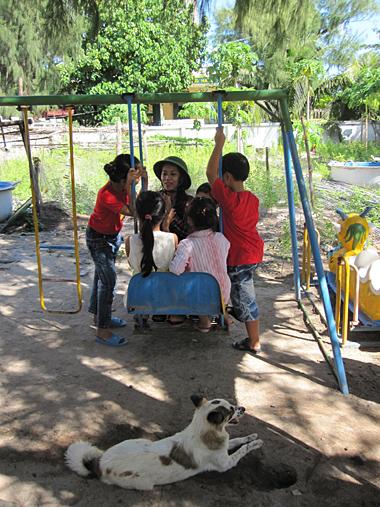 Sau giờ học của các em học sinh trên đảo.