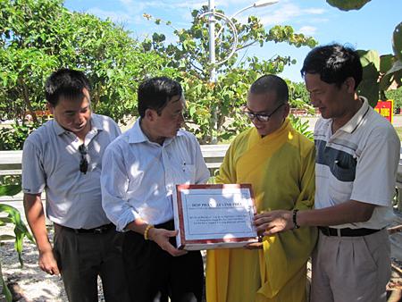 """Tặng hộp đất lấy tại khu đất có """"cây di sản Việt Nam"""" ở Vĩnh Phúc cho Trường Sa."""
