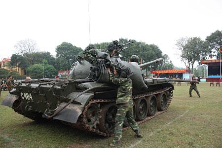 Để chiến đấu tốt, phải cần huấn luyện giỏi. Trong ảnh: tổ lái tăng đang thực hiện bài thi trong Hội thao kỹ thuật tăng - thiết giáp.