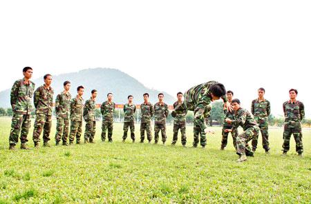 Huấn luyện võ thuật cho học viên trường sỹ quan Tăng - Thiết giáp.