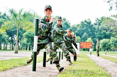 Không chỉ huấn luyện bắn tốt, lái giỏi, bộ đội tăng cũng cần thể lực dẻo dai, khỏe mạnh . Trong ảnh: Huấn luyện thể lực cho học viên trường sỹ quan Tăng - Thiết giáp.