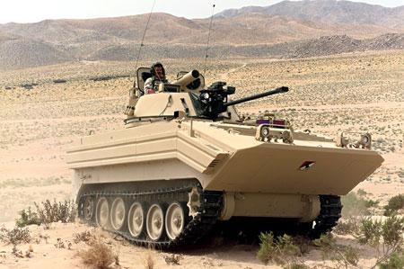 """Một chiếc xe thiết giáp chở quân M-113 được cải tiến thành xe chiến đấu bộ binh BMP-2 với phần thân xe được """"độ"""" lên cho giống với thân BMP-2, tháp pháo tròn với bệ phóng tên lửa chống tăng."""