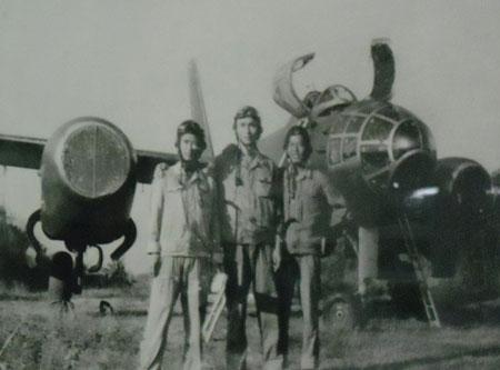 Một tổ lái máy bay ném bom chiến thuật Il-28. Nguồn ảnh: tư liệu Bảo tàng Phòng không - Không quân.