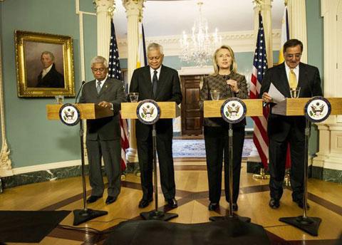 """Từ trái sang: Bộ trưởng Quốc phòng Philippines Voltaire Gazmin, Ngoại trưởng Philippines Albert del Rosario, Ngoại trưởng Mỹ Hillary Clinton và Bộ trưởng Quốc phòng Mỹ Leon Panetta trong cuộc họp báo sau hội đàm """"2 + 2"""". Ảnh: AFP"""