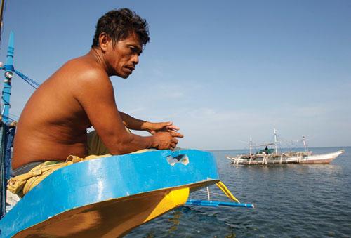 Ngư dân Philippines tại khu vực gần bãi cạn Scarborough - Ảnh: Reuters