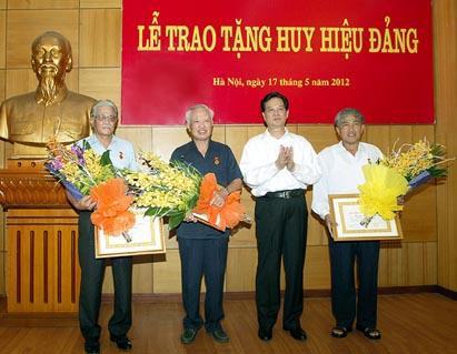 Thủ tướng Nguyễn Tấn Dũng trao huy hiệu 50 năm tuổi Đảng