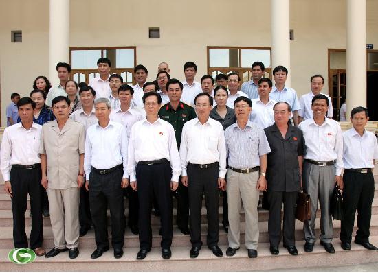 Thủ tướng Nguyễn Tấn Dũng chụp ảnh lưu niệm với các đồng chí lãnh đạo thành phố, huyện Thủy Nguyên và đại biểu cử tri.