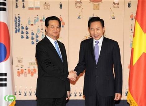 Thủ tướng Nguyễn Tấn Dũng và Tổng thống Hàn Quốc Lee Myung-bak trong cuộc gặp tại Nhà Xanh (dinh tổng thống Hàn Quốc) tại Seoul. Ảnh: AP