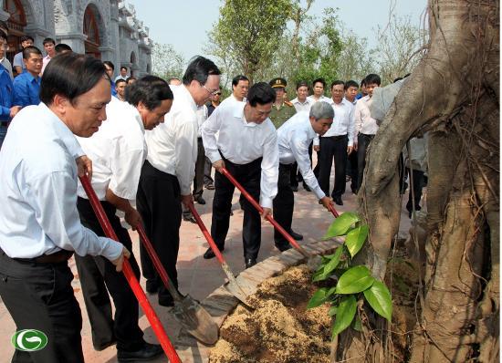 Thủ tướng Nguyễn Tấn Dũng và các đồng chí lãnh đạo thành phố trồng cây lưu niệm tại đền thờ Hưng Đạo Vương Trần Quốc Tuấn (huyện Thủy Nguyên).