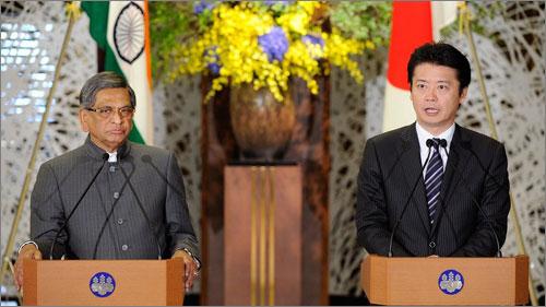 Ngoại trưởng Nhật Bản, Ấn Độ trong cuộc họp báo chung sau hội đàm (Ảnh: LH)