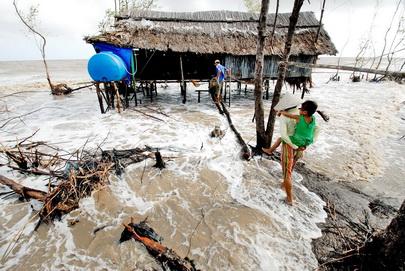 Việt Nam là 1 trong 4 quốc gia chịu ảnh hưởng nặng nề nhất của hiện tượng biến đổi khí hậu, nước biển dâng.