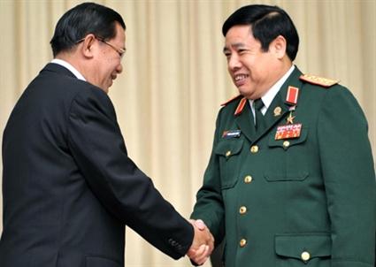 Thủ tướng Campuchia Hunsen (trái) bắt tay Bộ trưởng Bộ Quốc phòng Việt Nam Phùng Quang Thanh tại Hội nghị bộ trưởng quốc phòng ASEAN lần 6 -Ảnh: AFP