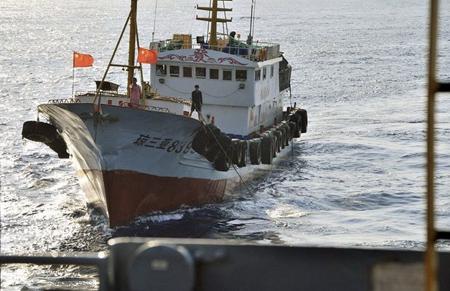 Thủy thủ tàu Quỳnh Tam Á của Trung Quốc dùng móc sắt gây hấn với tàu thăm dò USNS Impeccable (T-AGOS-23) của Mỹ ngay trên biển Đông ngày 8-3-2009 - Ảnh: Reuters