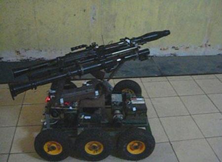 Robot chiến trường có thể trang bị vũ khí (súng chống tăng RPG hoặc tiểu liên) để chiến đấu.