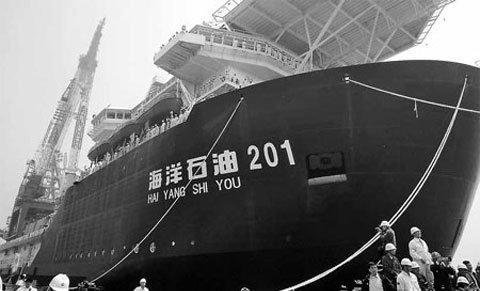 Tàu cần cẩu chuyên lắp đặt đường ống nước sâu đầu tiên của TQ. Ảnh THX