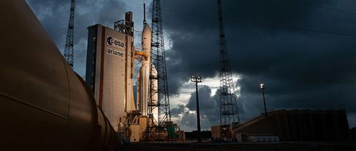 Tên lửa Ariane 5 ngay trước giờ phóng tại Kourou (Guyana). Ảnh: Arianespace