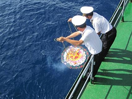 Thả hoa sau Lễ tưởng niệm các anh hùng liệt sĩ đã hy sinh trên quần đảo Trường Sa. Anh: Đỗ Anh Thư
