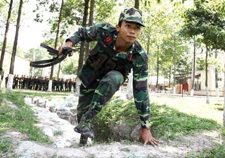 Tích cực luyện tập, thích nghi với mọi địa hình và tình huống chiến đấu.