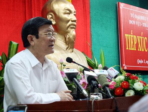 Chủ tịch nước Trương Tấn Sang trả lời cử tri quận 1. Ảnh: Tá Lâm.