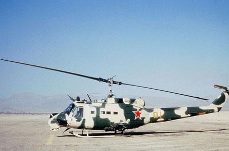 """Trực thăng UH-1 """"vinh dự"""" đóng giả trực thăng vũ trang Mi-24 với màu sơn đặc trưng và ngôi sao đỏ."""