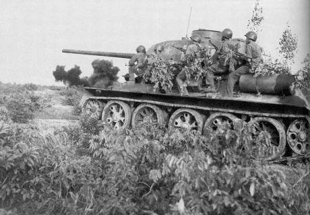 Trong chiến tranh chống Mỹ Liên Xô đã viện trợ cho Việt Nam nhiều xe tăng các loại từ T-34 đến T-54. 2.000 xe tăng, 700 máy bay cơ động, 7.000 súng cối, cùng hơn 100 trực thăng và đã được Liên Xô chuyển giao cho Hà Nội, như là một nguồn viện trợ không hoàn lại và hữu nghị với Việt Nam.