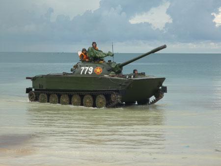 Xe tăng lội nước K63-85 thuộc lực lượng Hải quân đánh bộ (Vùng 4 Hải quân) diễn tập.