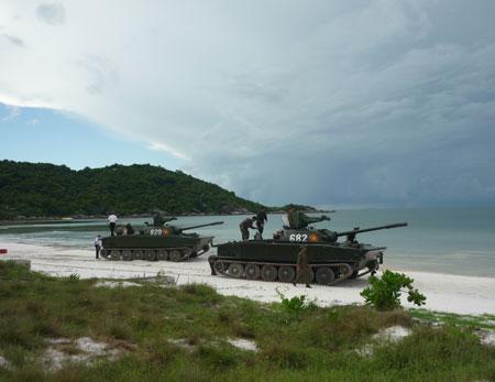 Kiểm tra kỹ thuật xe tăng lội nước K63-85 chuẩn bị cho bài lái bơi tại Phân đội tăng vùng 5 Hải quân.