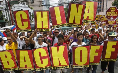 """Tại sao Bắc Kinh không dấn thêm bước nữa để hợp lý hóa chính thức thành lãnh thổ của mình như những đề nghị của thế lực """"diều hâu""""? (Ảnh: Người dân Philippines biểu tình phản đối Trung Quốc)"""