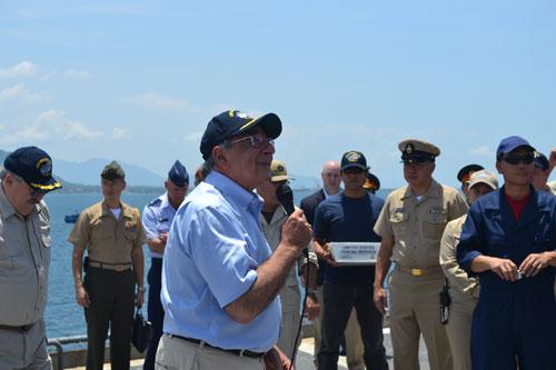 Ông Panetta giản dị trong bộ sơ mi, quần ka ki, giày bo, mũ thủy thủ chào tất cả mọi người và có bài phát biểu quan trọng