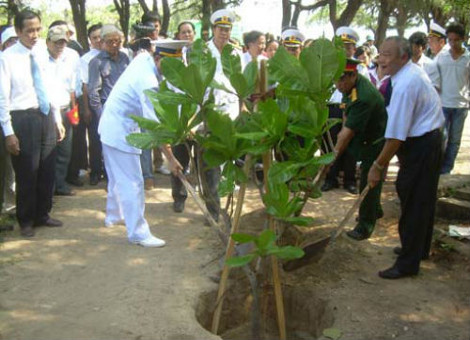 Lãnh đạo tỉnh Khánh Hòa trồng cây bàng vuông.