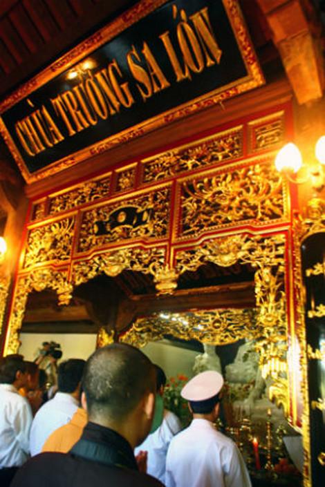 Tại chùa Trường Sa Lớn, Sinh Tồn hay Song Tử Tây, các hoành phi, câu đối đều sơn son thếp vàng, viết bằng chữ quốc ngữ.