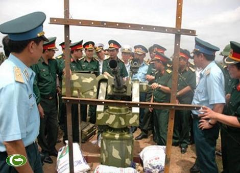 Lãnh đạo Bộ tổng tham mưu kiểm tra hệ thống giá điều khiển đa năng tại trường bắn.