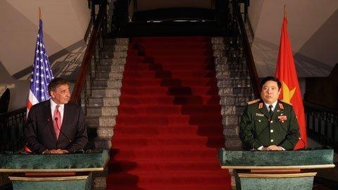 Bộ trưởng Quốc phòng Mỹ Leon Panetta và Bộ trưởng Quốc phòng Việt Nam Phùng Quang Thanh