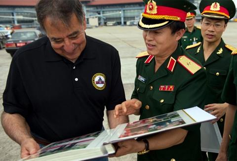Bộ trưởng Quốc phòng Leon Panetta được tặng một cuốn album chứa ảnh về chuyến thăm Việt Nam của ông. Ảnh: AP.