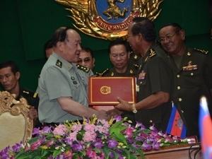 """Ông Lương Quang Liệt đại diện chính phủ Trung Quốc """"cho không"""" Campuchia 19 triệu USD để hiện đại hóa quân đội trong thời điểm Campuchia giữ ghế Chủ tịch luân phiên ASEAN"""