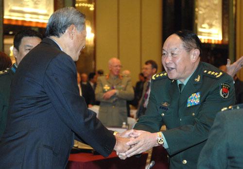 Ông Lương Quang Liệt bắt tay người đồng cấp Singapore, Bộ trưởng Ng Eng Hen khi ông tham dự đối thoại Shangri-La năm 2011