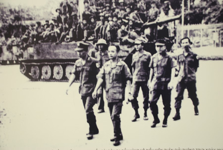 Các sĩ quan cao cấp trong phủ Tổng thống Nguỵ quyền Sài Gòn đầu hàng vô điều kiện Quân giải phóng trưa 30/4/1975. Ảnh do Bảo tàng Tăng - Thiết giáp cung cấp.
