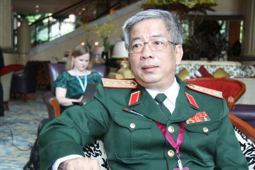 Thứ trưởng Nguyễn Chí Vịnh trả lời phỏng vấn Báo Thanh Niên tại nơi diễn ra Đối thoại Shangri-La - Ảnh: Đặng Bảo Trung