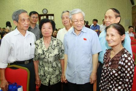 Tổng Bí thư Nguyễn Phú Trọng trò chuyện với cử tri Hà Nội (Như Ý)