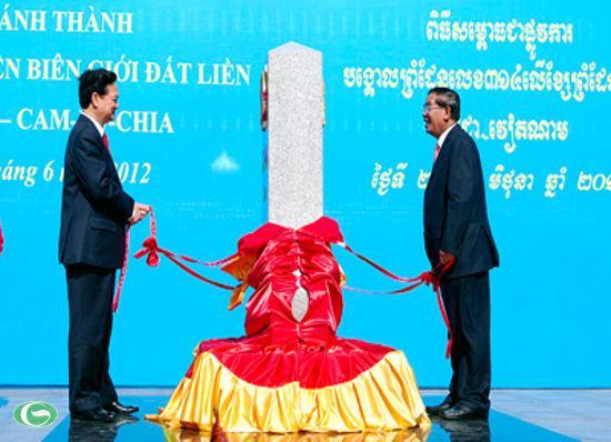 Thủ tướng Chính phủ Nguyễn Tấn Dũng và Thủ tướng Chính phủ Hoàng gia Campuchia Samdech Hunsen khánh thành cột mốc 314