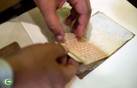 Một thành viên trong đoàn xem cuốn nhật ký của Vũ Đình Đoàn