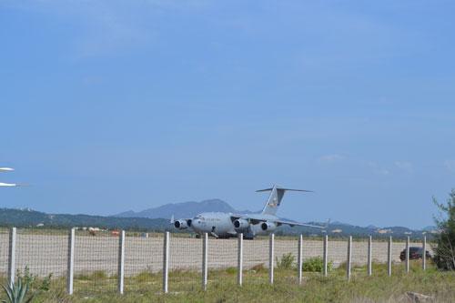 Chiếc Air Force chở Bộ trưởng Panetta đáp xuống sân bay Cam Ranh