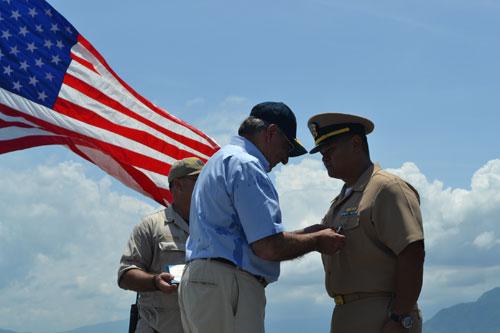 Ông Panetta gắn huy hiệu cho một số thủy thủ