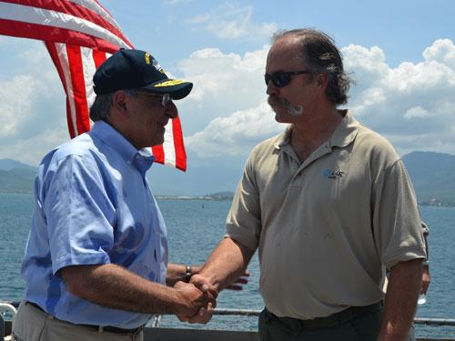 Bắt tay từng thủy thủ trên tàu