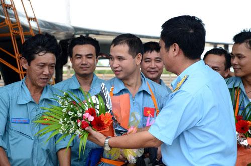 Đại tá Phạm Xuân Thủy, Phó sư đoàn trưởng Sư đoàn không quân 372 tặng hoa cho các phi công