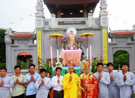 Sáng 5/5/2012 vừa qua, đại lễ Phật đản Phật lịch 2556 được tổ chức trang trọng tại chùa Trường Sa Lớn (thị trấn Trường Sa, huyện đảo Trường Sa).