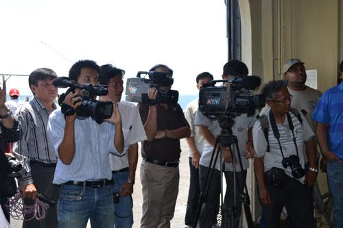 Có đến 18 hãng thông tấn nước ngoài, hàng chục phóng viên Việt Nam tập trung để đưa tin về sự kiện này
