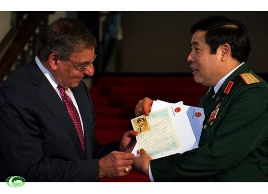 Bộ trưởng Quốc phòng Việt Nam Phùng Quang Thanh trao những bức thư của trung sĩ Steve Flaherty cho người đồng cấp Mỹ Leon Panetta tại Hà Nội hôm qua.